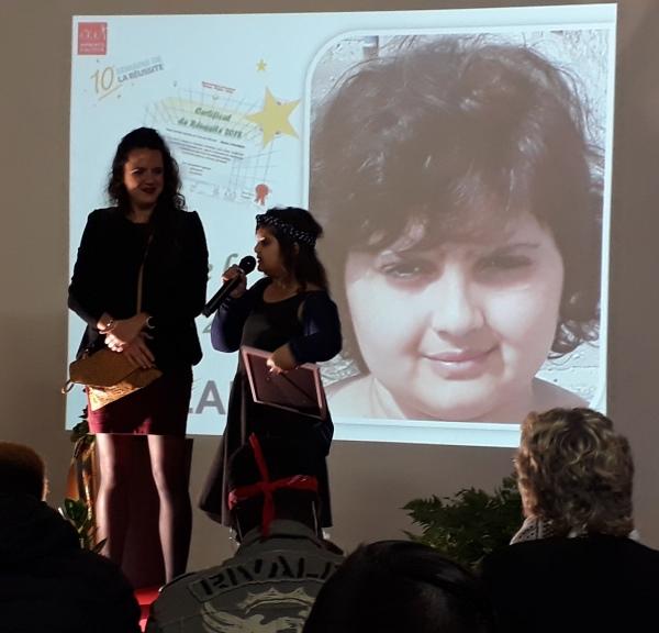 Océane recoit son certificat de la réussite des mains de son éducatrice Alicia- Maison de l'enfant la Providence (46)